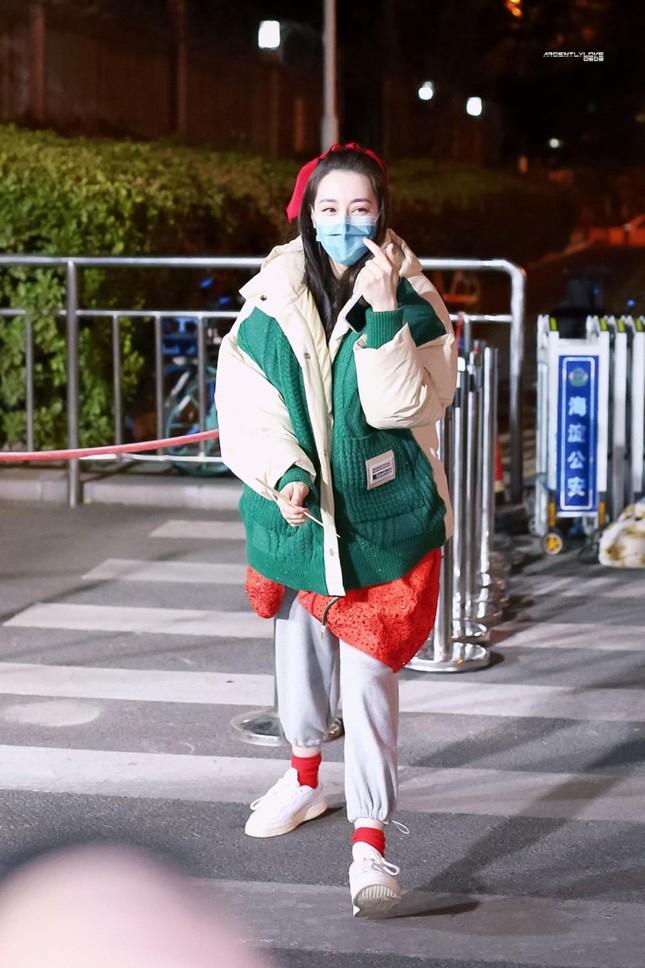 Sau màn diện sneaker dưới váy công chúa, Địch Lệ Nhiệt Ba lại khoe quần nỉ mặc cùng váy đón Xuân ảnh 4
