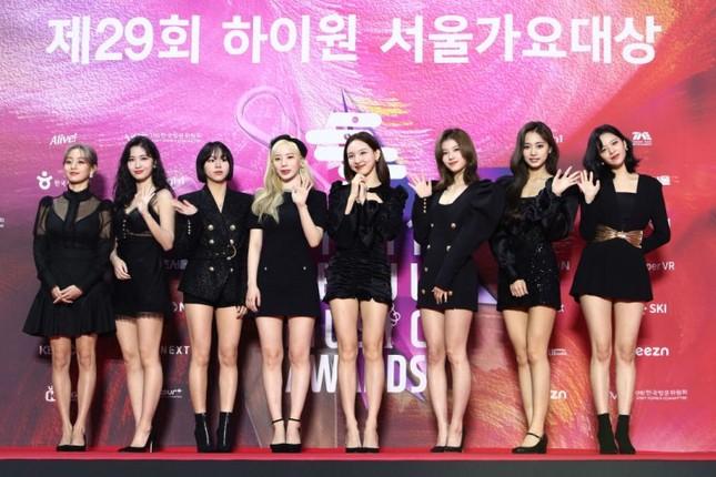 Netizen Hàn đúng hay sai khi nghi ngờ chiều cao của TWICE chỉ từ một bức ảnh? ảnh 1