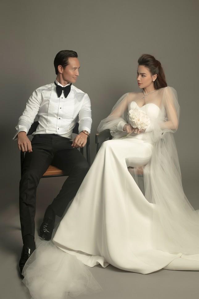 """Soi váy cưới của Hồ Ngọc Hà trong bộ ảnh """"rất giống ảnh cưới"""": Đơn giản mà cực kiêu sa! ảnh 2"""