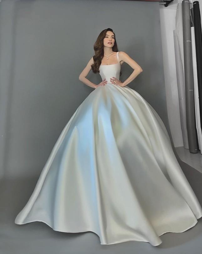 """Soi váy cưới của Hồ Ngọc Hà trong bộ ảnh """"rất giống ảnh cưới"""": Đơn giản mà cực kiêu sa! ảnh 6"""