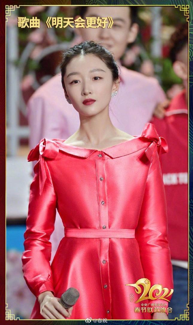 """Sao C-Biz diện đồ đỏ đón Tết: Nhiệt Ba, Dương Mịch hay Quan Hiểu Đồng xứng danh """"công chúa""""? ảnh 8"""