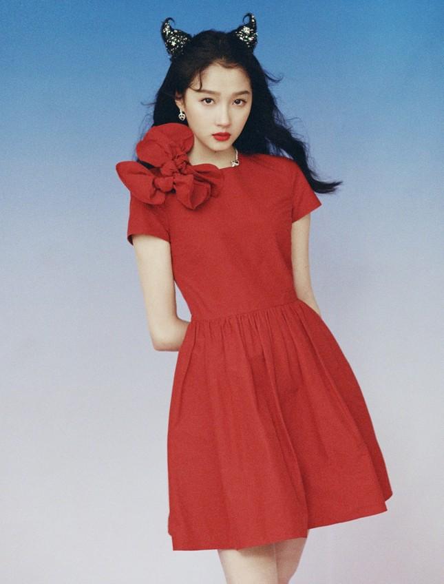 """Sao C-Biz diện đồ đỏ đón Tết: Nhiệt Ba, Dương Mịch hay Quan Hiểu Đồng xứng danh """"công chúa""""? ảnh 6"""