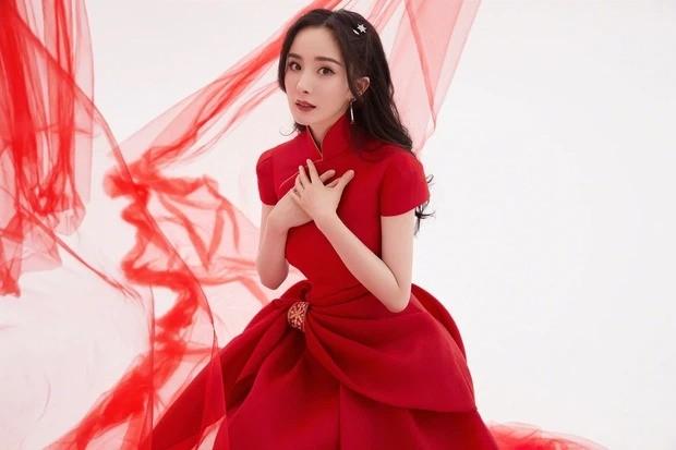 """Sao C-Biz diện đồ đỏ đón Tết: Nhiệt Ba, Dương Mịch hay Quan Hiểu Đồng xứng danh """"công chúa""""? ảnh 3"""