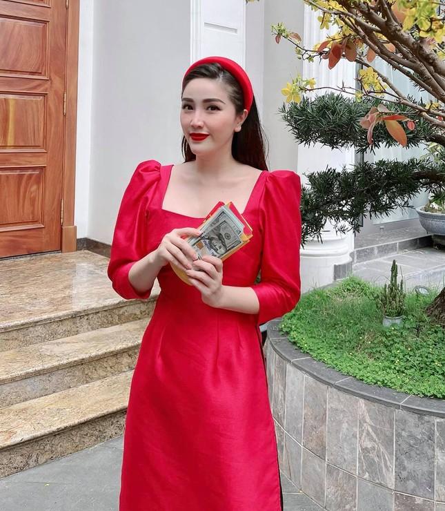 Ngắm sao Việt khoe áo dài ngày Tết mới thấy không phải túi hàng hiệu mà túi cói lên ngôi ảnh 9
