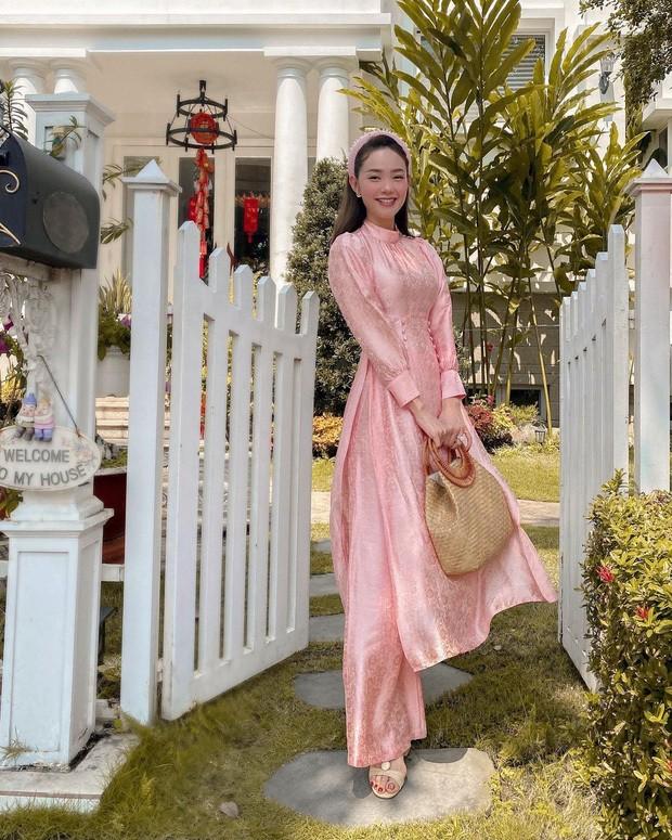 Ngắm sao Việt khoe áo dài ngày Tết mới thấy không phải túi hàng hiệu mà túi cói lên ngôi ảnh 3