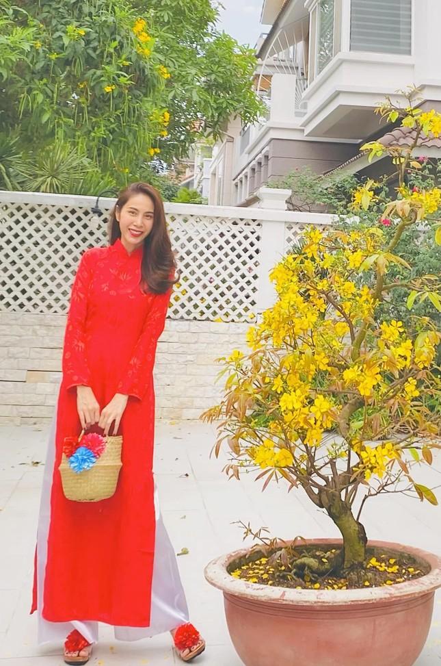 Ngắm sao Việt khoe áo dài ngày Tết mới thấy không phải túi hàng hiệu mà túi cói lên ngôi ảnh 2