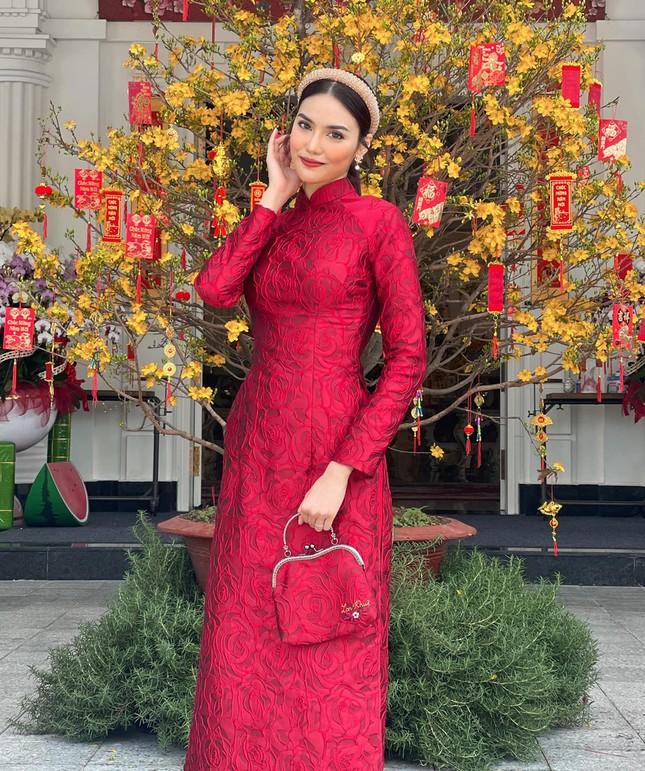 Ngắm sao Việt khoe áo dài ngày Tết mới thấy không phải túi hàng hiệu mà túi cói lên ngôi ảnh 5