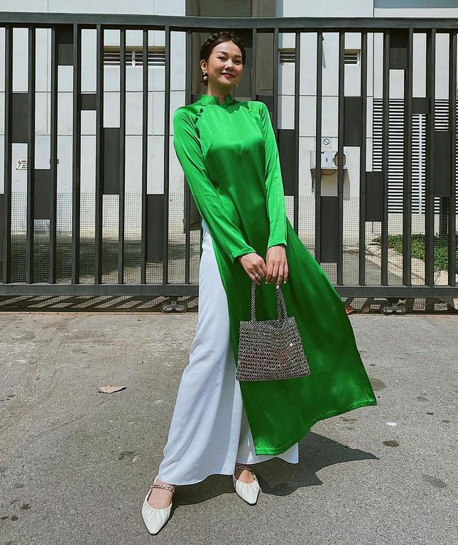 Ngắm sao Việt khoe áo dài ngày Tết mới thấy không phải túi hàng hiệu mà túi cói lên ngôi ảnh 4