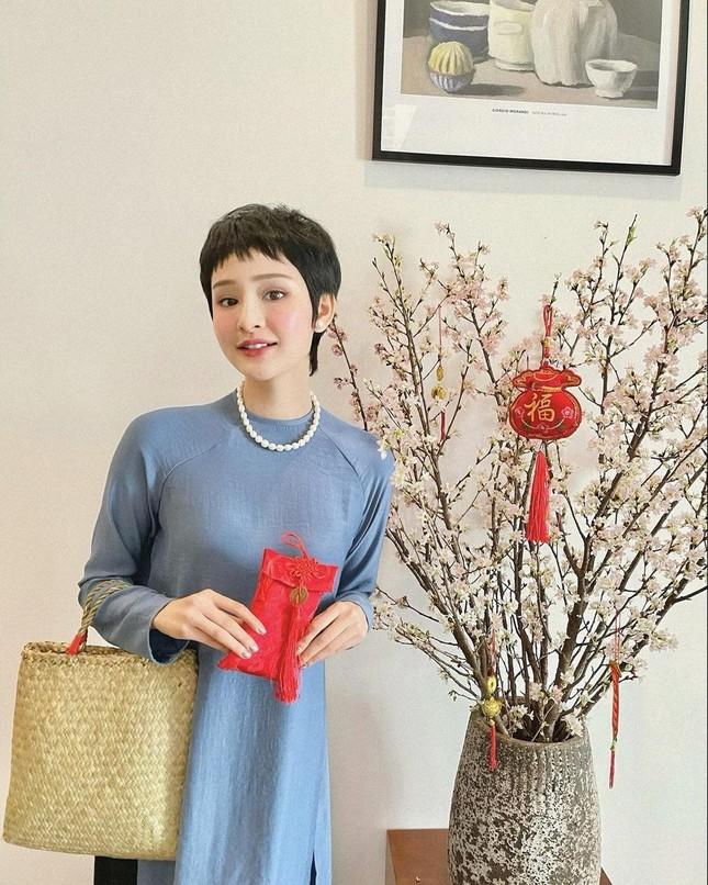Ngắm sao Việt khoe áo dài ngày Tết mới thấy không phải túi hàng hiệu mà túi cói lên ngôi ảnh 1