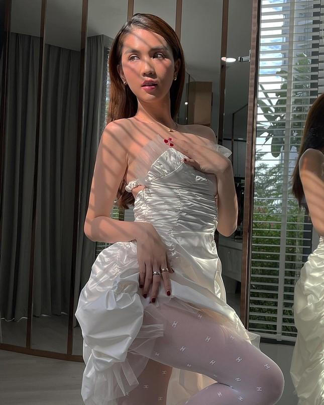 Diện quần tất Chanel gần 10 triệu đụng hàng Jennie nhưng Ngọc Trinh vẫn có cách chiếm spotlight ảnh 2