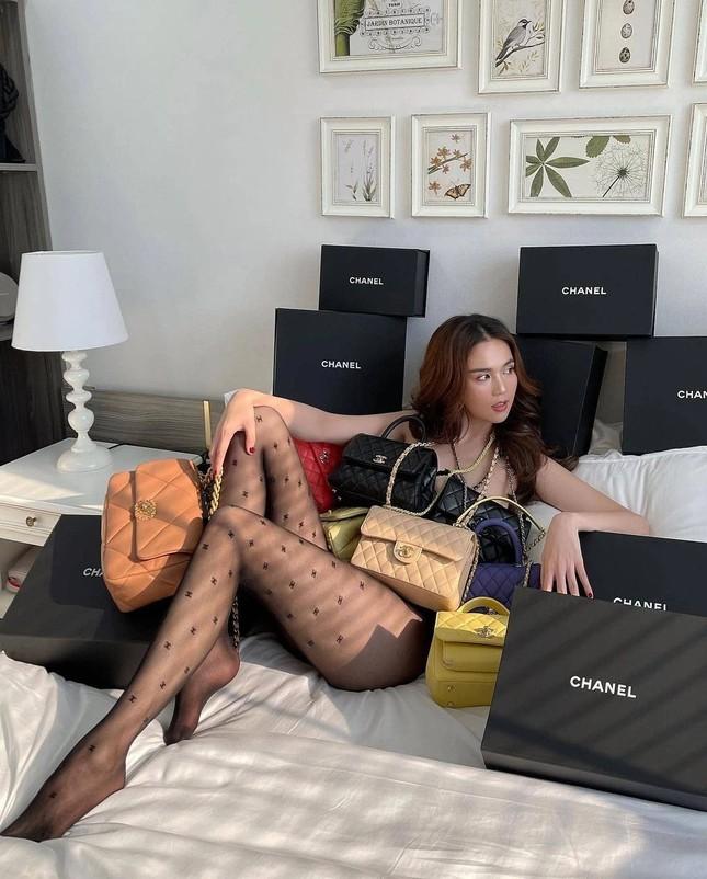 Diện quần tất Chanel gần 10 triệu đụng hàng Jennie nhưng Ngọc Trinh vẫn có cách chiếm spotlight ảnh 1