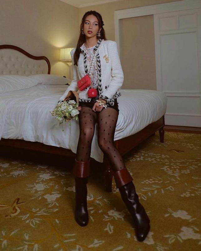 Diện quần tất Chanel gần 10 triệu đụng hàng Jennie nhưng Ngọc Trinh vẫn có cách chiếm spotlight ảnh 3