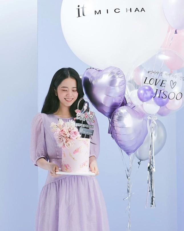 Vừa mời Jisoo làm nàng thơ, nhãn hàng thời trang này đã bị netizen chê bai vì sửa ảnh quá đà ảnh 1