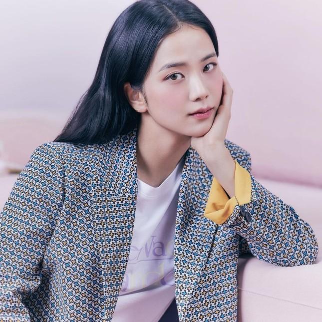 Vừa mời Jisoo làm nàng thơ, nhãn hàng thời trang này đã bị netizen chê bai vì sửa ảnh quá đà ảnh 2