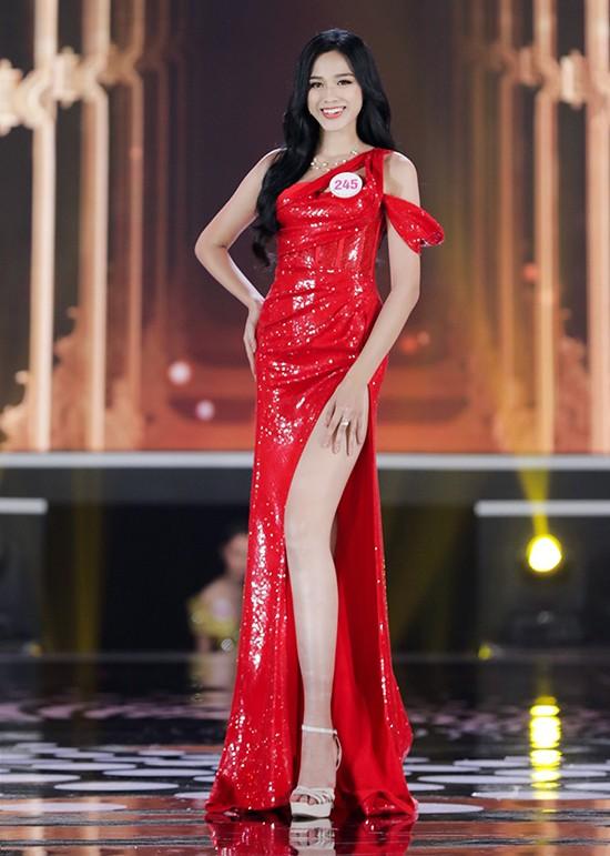 """Dáng chuẩn mặc gì cũng đẹp nhưng màu đỏ mới là """"chân ái"""" của Hoa hậu Đỗ Thị Hà ảnh 1"""