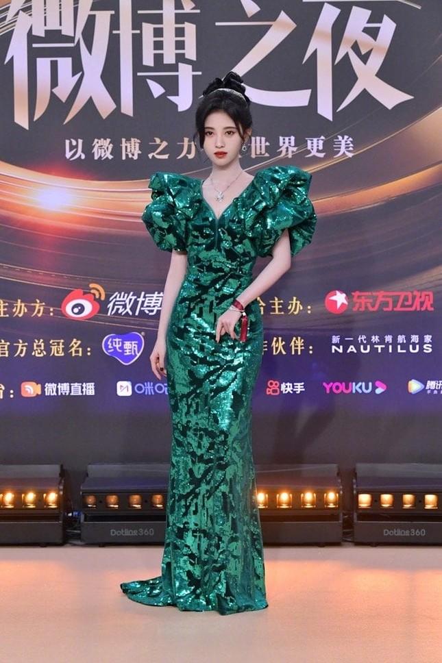 """""""Mỹ nữ 4000 năm"""" Cúc Tịnh Y được tìm kiếm nhiều nhất Đêm hội Weibo nhờ cực phẩm này ảnh 1"""