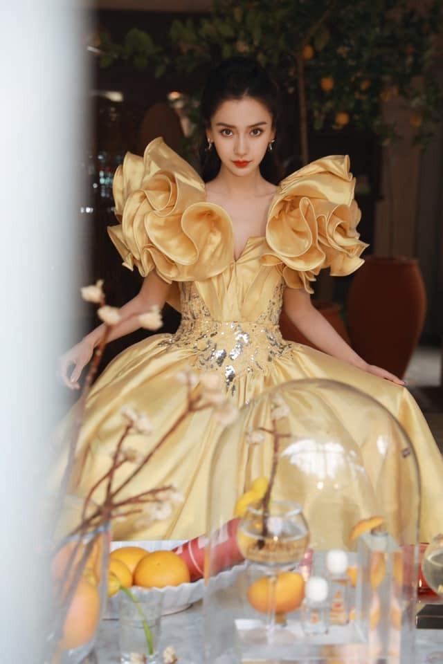 Màu vàng lên ngôi tại Đêm hội Weibo: Do vô tình đụng hàng hay là xu hướng mới? ảnh 2