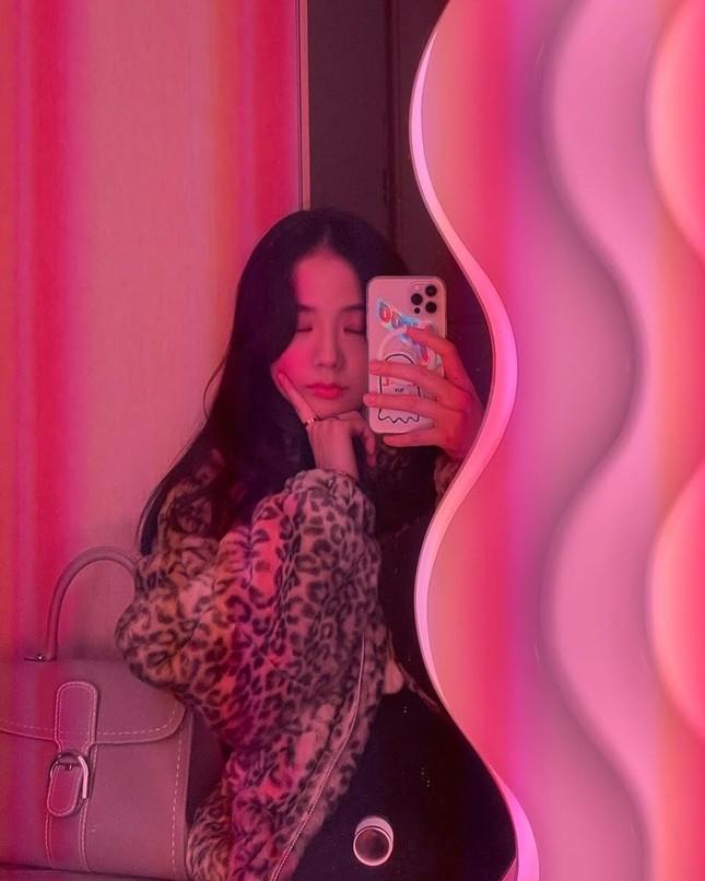 Muốn có ảnh selfie xịn xò với gương, hãy học ngay những bí quyết này của BLACKPINK! ảnh 1