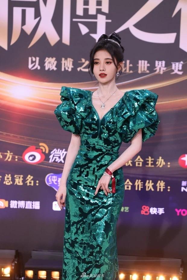 Đại chiến nhan sắc trên thảm đỏ Đêm hội Weibo 2020: Triệu Lệ Dĩnh, Angela Baby phải chịu thua đàn em ảnh 9