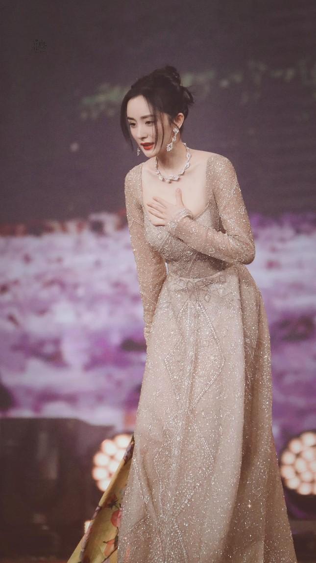Lý do khiến Dương Mịch tránh đi thảm đỏ Đêm hội Weibo là vì lai lịch bất thường của bộ váy? ảnh 7