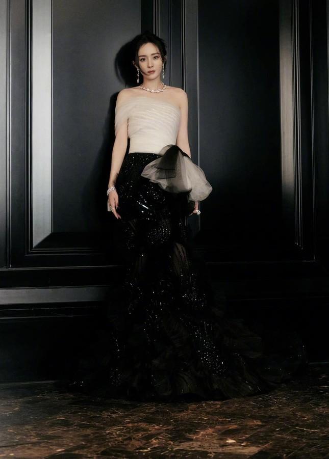 Lý do khiến Dương Mịch tránh đi thảm đỏ Đêm hội Weibo là vì lai lịch bất thường của bộ váy? ảnh 2