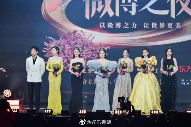 Lý do khiến Dương Mịch tránh đi thảm đỏ Đêm hội Weibo là vì lai lịch bất thường của bộ váy? ảnh 6