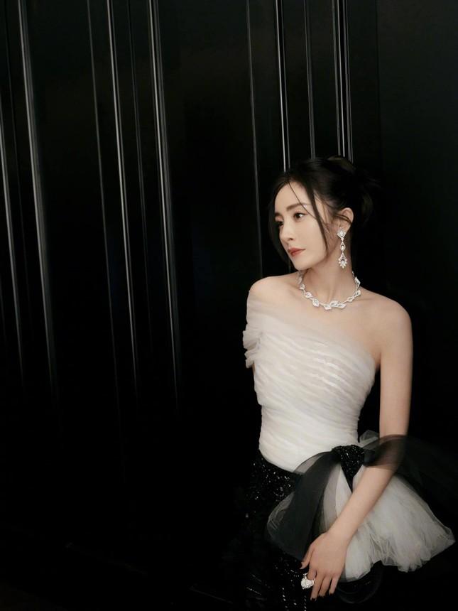 Lý do khiến Dương Mịch tránh đi thảm đỏ Đêm hội Weibo là vì lai lịch bất thường của bộ váy? ảnh 4
