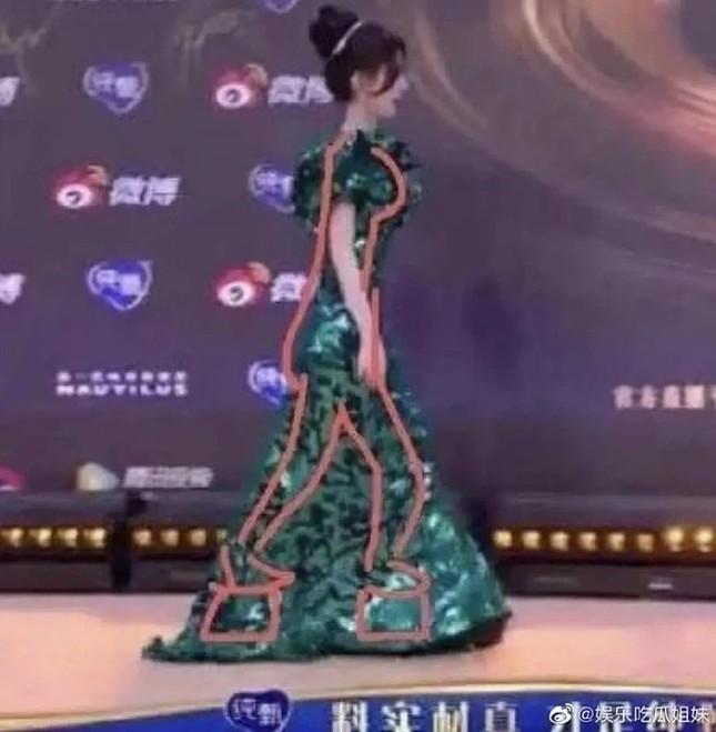 """Đi giày siêu cao nhưng """"mỹ nữ 4000 năm"""" Cúc Tịnh Y vẫn không giấu được vóc dáng thật ảnh 2"""