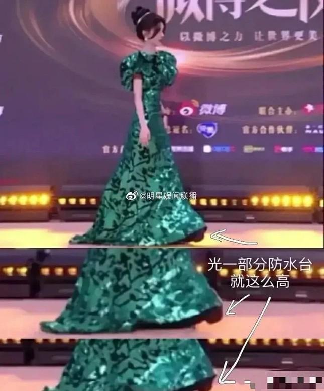 """Đi giày siêu cao nhưng """"mỹ nữ 4000 năm"""" Cúc Tịnh Y vẫn không giấu được vóc dáng thật ảnh 3"""