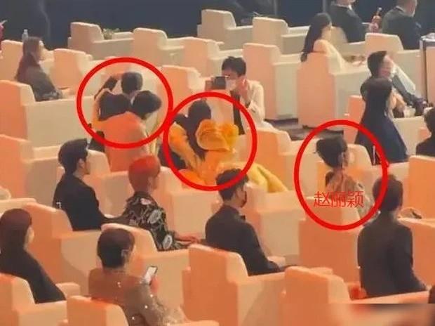 Đụng độ hai tình cũ của chồng, Triệu Lệ Dĩnh hành xử thế nào mà được netizen vỗ tay? ảnh 1
