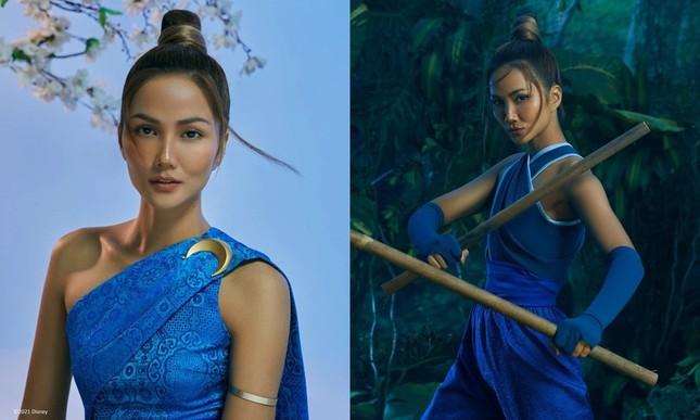 Cùng tạo hình công chúa Raya, Hoa hậu H'Hen Niê và Triệu Lệ Dĩnh ai thần thái hơn? ảnh 2