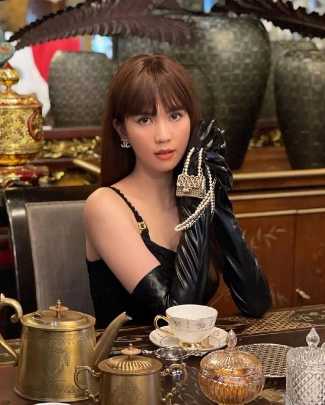 Ngọc Trinh chơi lớn sắm hẳn hai vòng cổ Chanel khiến dân mạng liên tưởng tới Jennie ảnh 1