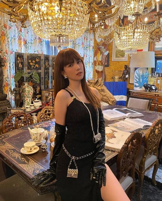 Ngọc Trinh chơi lớn sắm hẳn hai vòng cổ Chanel khiến dân mạng liên tưởng tới Jennie ảnh 2