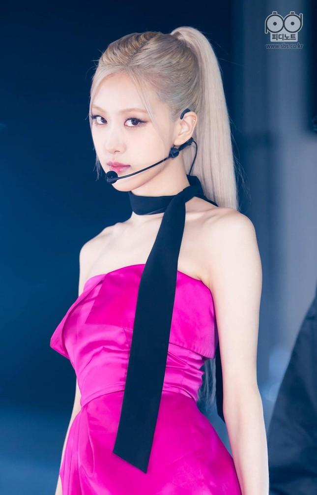 """Rosé vuốt tóc nhiều cỡ nào mà """"On The Ground"""" bị bảo là """"vũ đạo quảng cáo dầu gội""""? ảnh 1"""