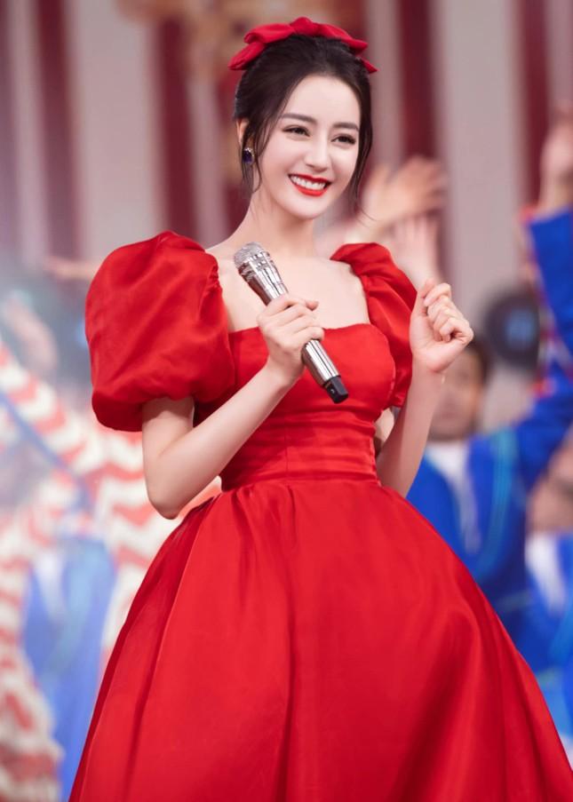 Đội tóc giả chụp selfie, Địch Lệ Nhiệt Ba không ngờ bị netizen nhận nhầm thành Lisa ảnh 1
