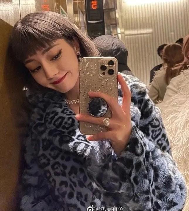 Đội tóc giả chụp selfie, Địch Lệ Nhiệt Ba không ngờ bị netizen nhận nhầm thành Lisa ảnh 5