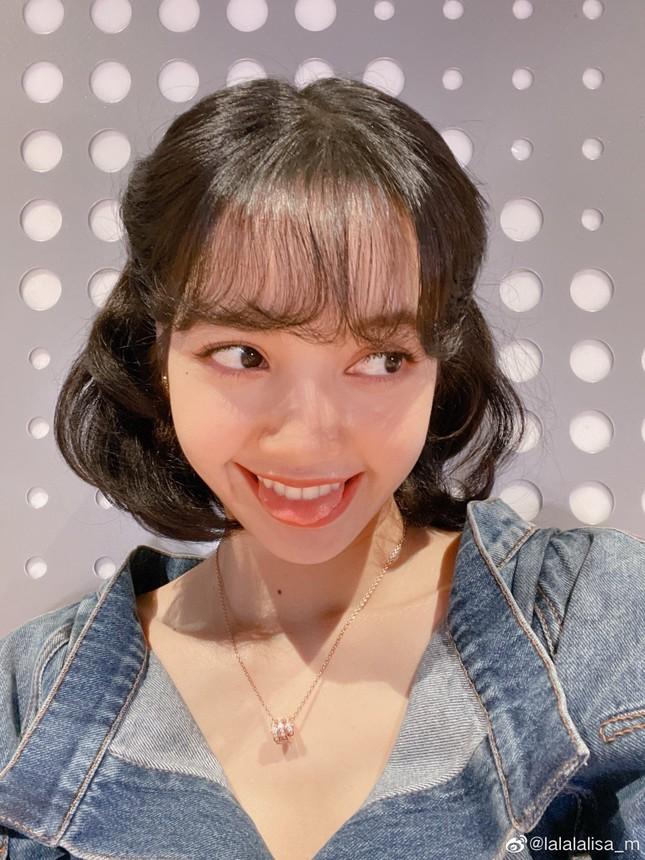 """Chỉ cần đổi kiểu tóc, Lisa đã hóa thành """"Bạch Tuyết phiên bản đời thực"""" xinh ngất ngây ảnh 7"""
