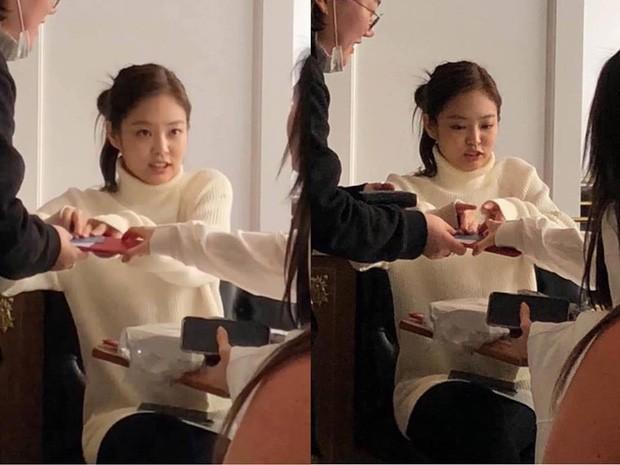 Rosé và Jennie khi chơi với idol nhóm khác đều có chung cách hành xử tinh tế này ảnh 3