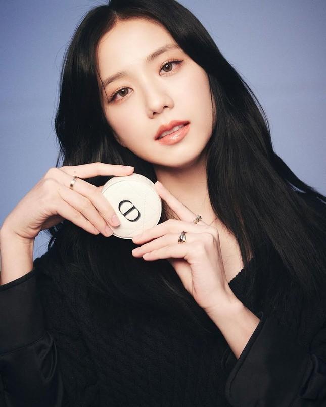 Giờ thì fan đã biết vì sao Jisoo (BLACKPINK) lại đeo chiếc nhẫn Cartier này nhiều đến thế ảnh 1