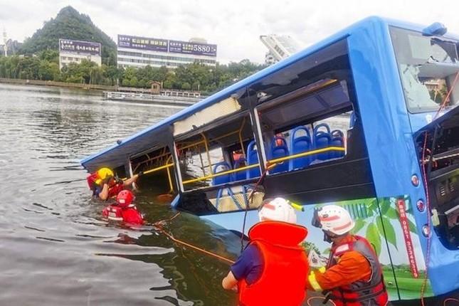 Hé lộ nguyên nhân vụ tài xế cố ý lao xe buýt xuống hồ khiến 21 người thiệt mạng ảnh 1