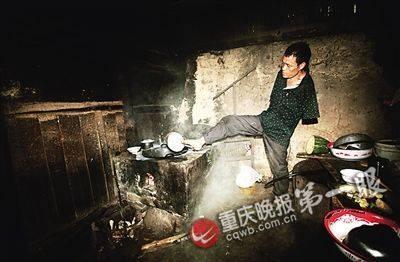 Cảm động con không tay chăm mẹ già ở Trung Quốc ảnh 1