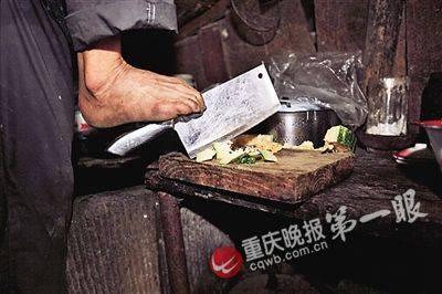 Cảm động con không tay chăm mẹ già ở Trung Quốc ảnh 2