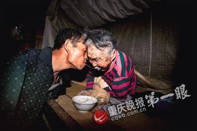 Cảm động con không tay chăm mẹ già ở Trung Quốc ảnh 3