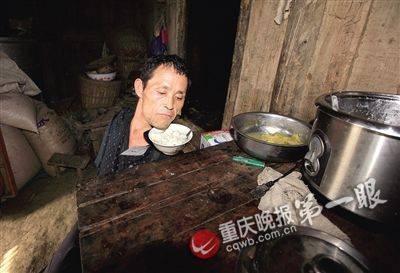 Cảm động con không tay chăm mẹ già ở Trung Quốc ảnh 4