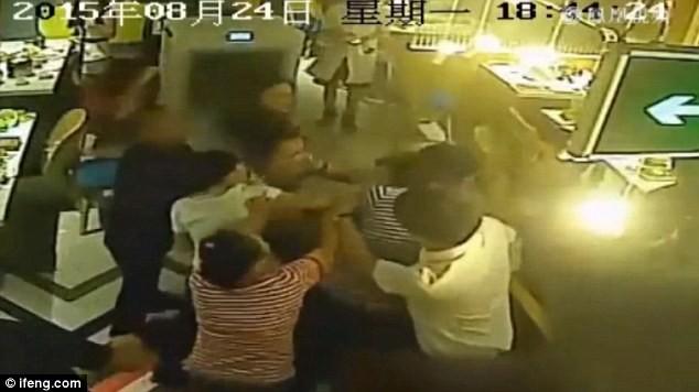 Cãi nhau với bồi bàn, cô gái bị dội nước sôi lên đầu ảnh 4