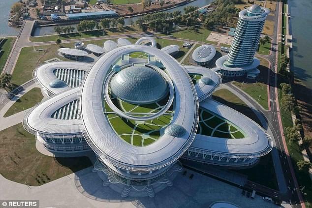 """Lãnh đạo Triều Tiên Kim Jong-un thị sát tòa nhà """"nguyên tử"""" mới ảnh 2"""