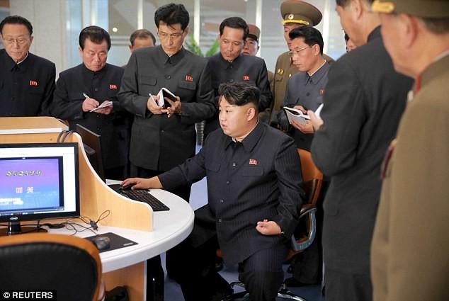 """Lãnh đạo Triều Tiên Kim Jong-un thị sát tòa nhà """"nguyên tử"""" mới ảnh 3"""