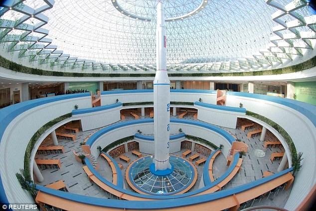"""Lãnh đạo Triều Tiên Kim Jong-un thị sát tòa nhà """"nguyên tử"""" mới ảnh 4"""