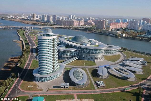 """Lãnh đạo Triều Tiên Kim Jong-un thị sát tòa nhà """"nguyên tử"""" mới ảnh 6"""