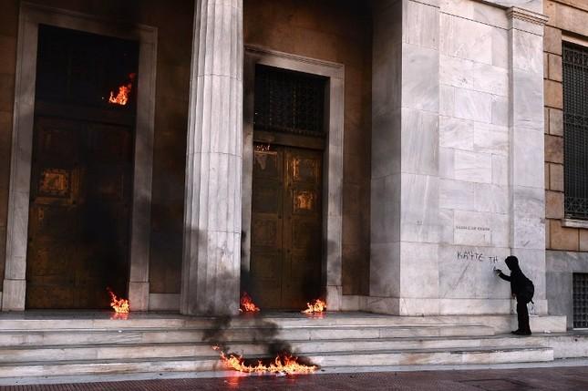 Thế giới trong tuần qua ảnh: Paris chìm trong lửa đạn khủng bố ảnh 3